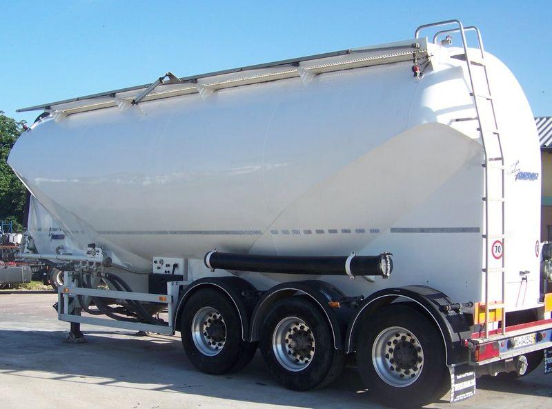 Descarga de cisterna de cemento